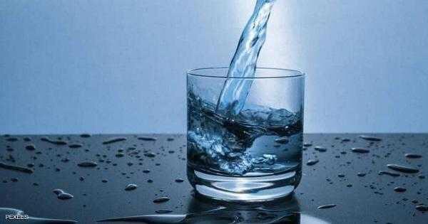 شرب الماء على معدة خاوية.. ماذا يفعل بجسمك...